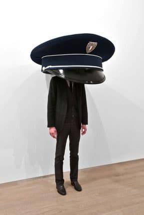 Erwin-Wurm-casquette