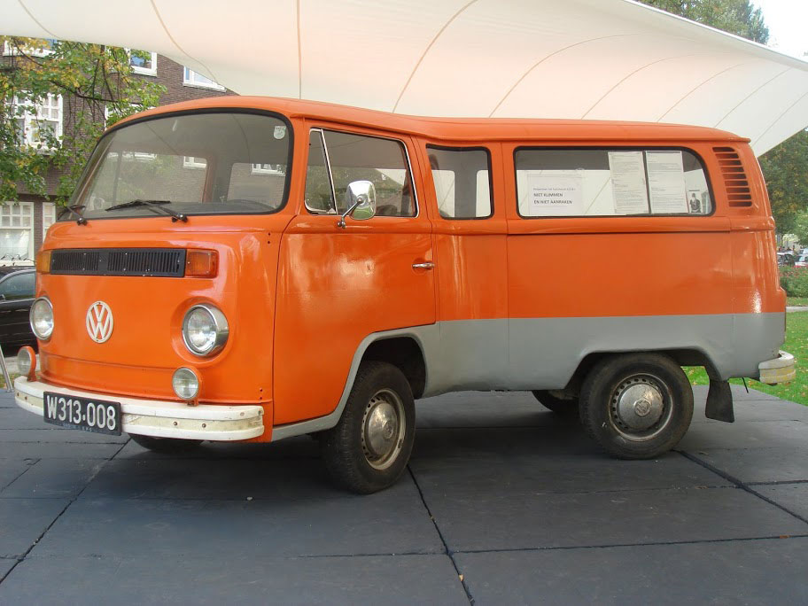 Telekinetically bent VW-Van par Erwin Wurm - 2006