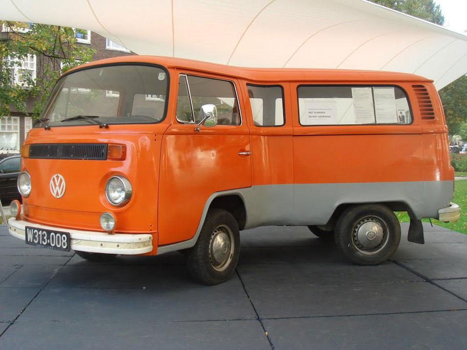 Telekinetically bent VW-Van par Erwin Wurm - 2006