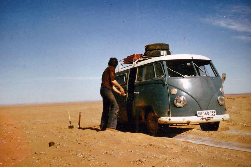En plein Sahara, sur la piste de Tamanrasset. En 1973 il n'y avait pas de goudron !