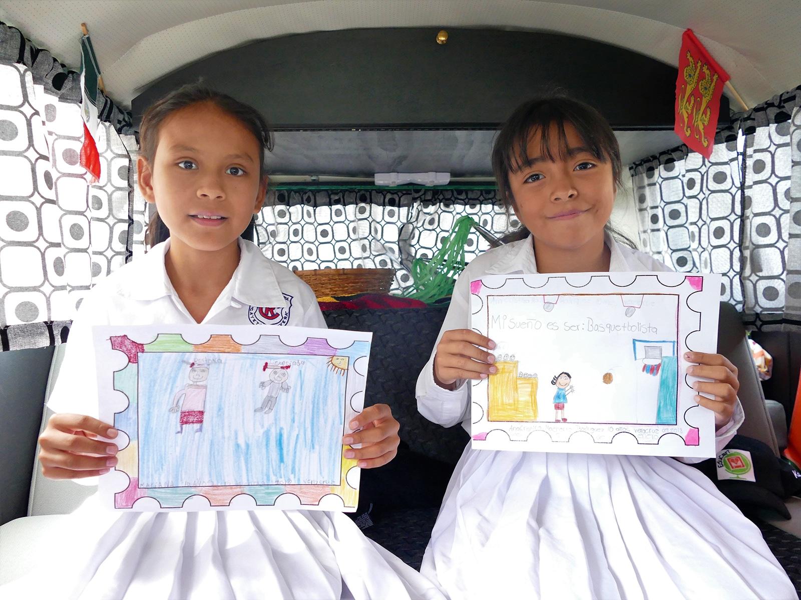 Deux jeunes mexicaines expliquent leur dessin en vidéo