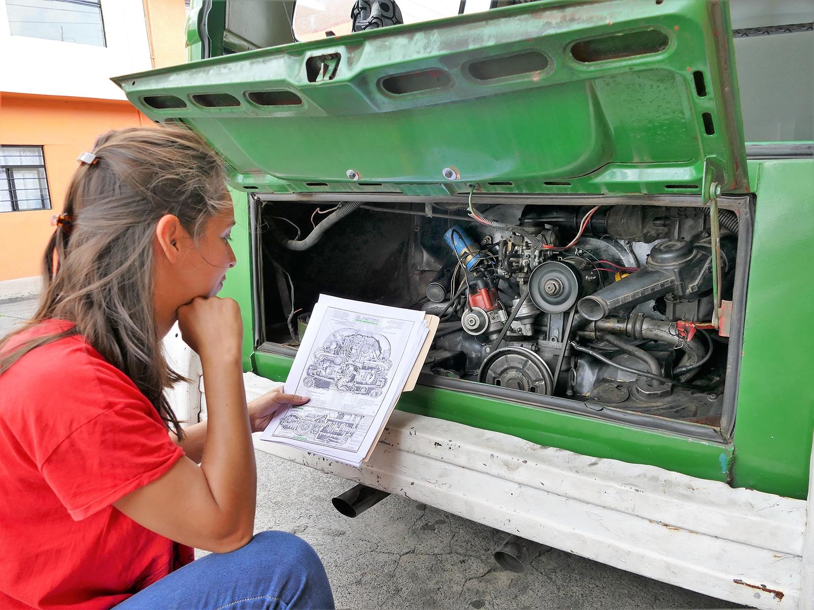 Kathy révise le moteur